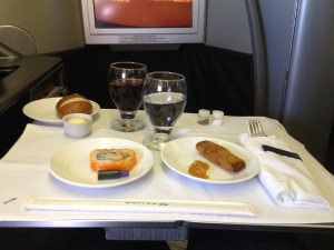 United Airlines Global First Class 747 HNL -NRT餐寿司和春卷