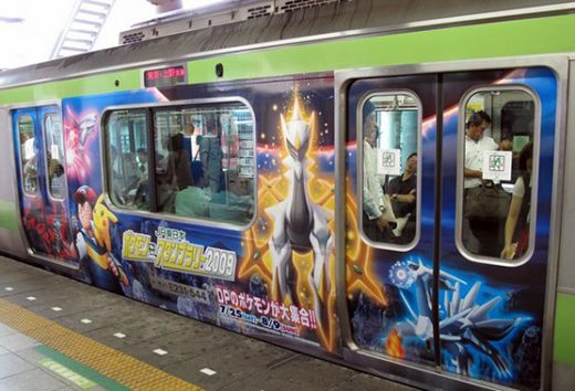 Questo vagone della metropolitana di Tokyo pubblicizza il dodicesimo film Pokémon.