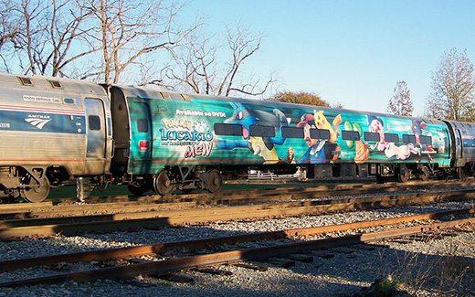 Questo treno pubblicizza l'ottavo film Pokémon.