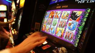 Do you get more features on pokies with smaller bets
