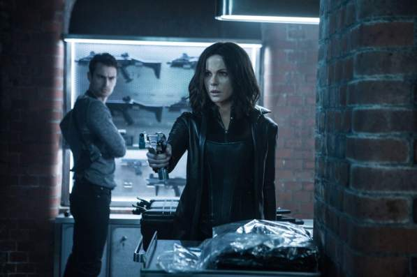 David (Theo James), Selene (Kate Beckinsale)