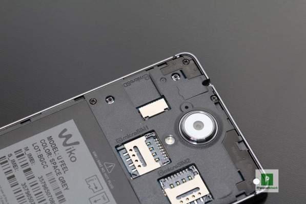 die beiden microSIM Karten-Spots und der microSD-Slot