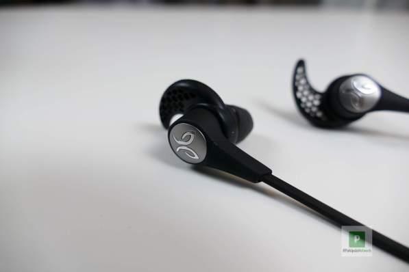 Die Kopfhörer und das Jaybird-Logo