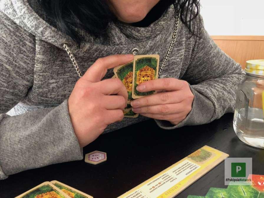 Die Spielkarten in der Hand