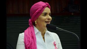 Daniella Ribeiro Desafio do Lenço 02 300x169 - Daniella Ribeiro aceita o desafio do lenço para alertar as paraibanas sobre o câncer de mama
