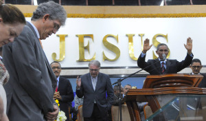 fé 300x176 - POLÍTICA E FÉ: Pastores evangélicos oram por Ricardo e pedem a Deus que proteja a vida do governador