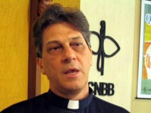 """Dom Aldo Pagotto 300x225 - INVESTIGADO, DOM ALDO TEM PODERES SUSPENSOS PELO VATICANO: """"Ele não ouve ninguém, não consulta ninguém. Ele se acha o dono da igreja"""""""