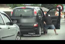 Ladrões tentam arrancar mulher de carro durante assalto – VEJA O VÍDEO