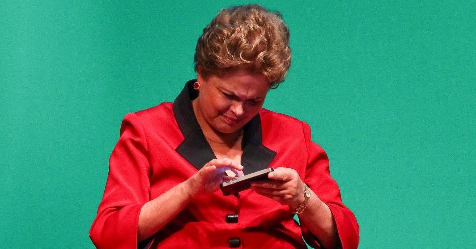 raramente a presidente dilma rousseff aparece em fotos durante eventos usando algum celular quando isso ocorre e porque ela pegou o aparelho emprestados de alguem na foto acima ela manuseia o iphone 1398887687666 956x500 - NAS REDES SOCIAIS, DILMA FAZ APELO POR PAZ E DEMOCRACIA