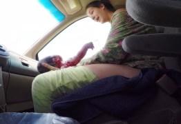 Vídeo emocionante mostra mulher dando à luz bebê de 4,5 kg enquanto seu marido dirige para o hospital