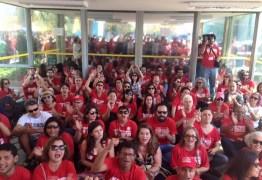 Professores de universidades federais fazem ato em Brasília no terceiro mês de greve