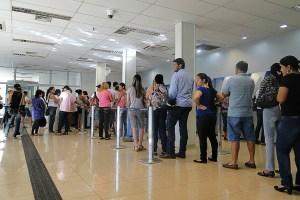 fila de banco 300x200 - Lei da Fila autuou três bancos em Campina Grande
