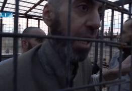 BARBARIDADE DA GUERRA: Sírios são engaiolados para atuarem como escudo humano… – VEJA VÍDEO