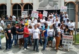 Servidores e professores da UEPB realizam ato público em frente à ALPB