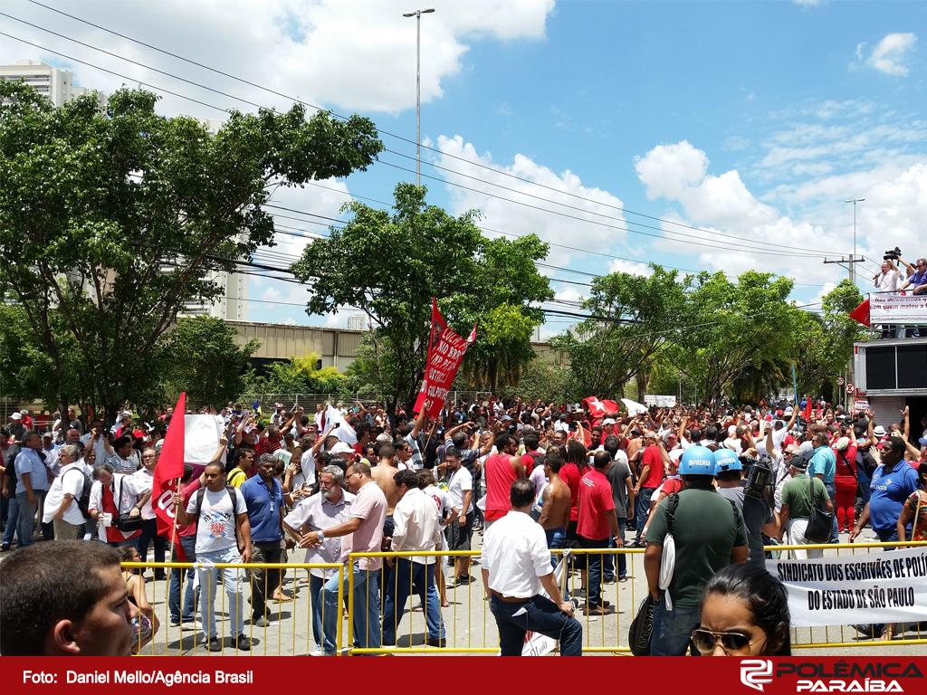 DM protestos contra e a favor de Lula em frente ao Forum da Barra Funda 17022016003 - Deputados aprovam projeto que tipifica terrorismo e preserva movimentos sociais