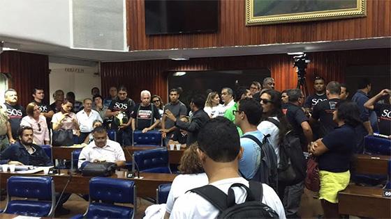 Servidores protestos na Assembleia 29fev2016b - TENSÃO: Servidores ocupam Assembléia; presidente manda desligar ar e proíbe entrada de água e comida