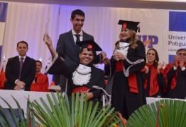 Rapaz com paralisia cerebral e sua mãe se formam em direito no RN