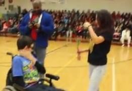 Adolescente convida amigo com deficiência para baile e comove a internet; veja o vídeo
