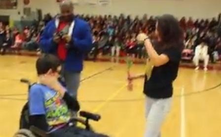 convite baile - Adolescente convida amigo com deficiência para baile e comove a internet; veja o vídeo