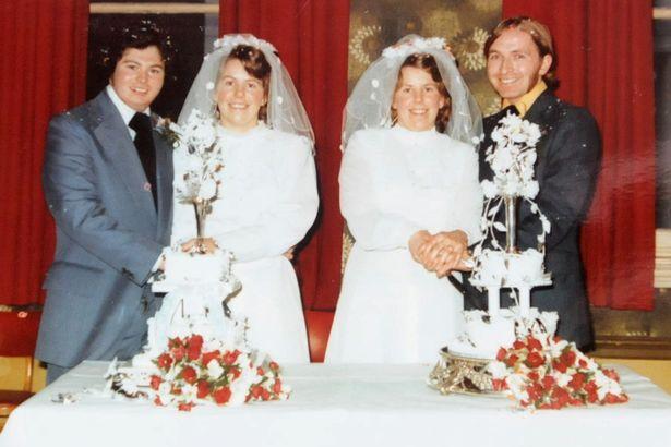 gemeas - Gêmeas que casaram juntas fazem funerais dos maridos no mesmo dia