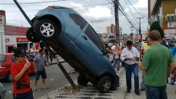 joaozacariaszubek e1454354266102 - PILOTO RUIM (01): Carro fica pendurado em poste após motorista errar manobra