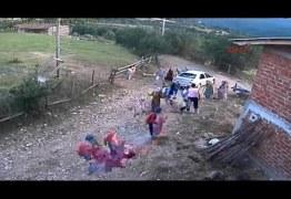 VEJA VÍDEO: Homem atropela família com trator em briga por terras