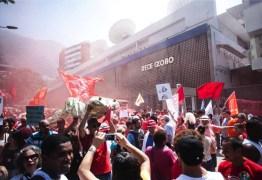 MIDIA GOLPISTA: Manifestantes protestam em frente à Rede Globo neste domingo, no Rio