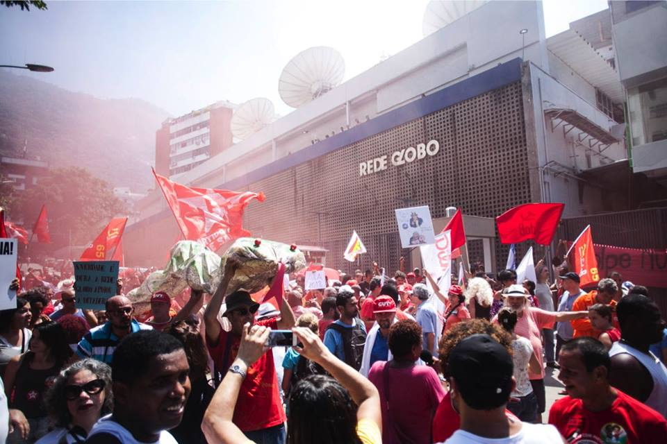 12804663 609040329254116 4092974534895316363 n - MIDIA GOLPISTA: Manifestantes protestam em frente à Rede Globo neste domingo, no Rio