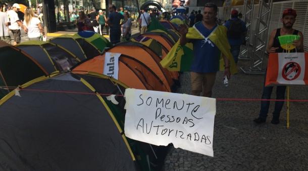 barracas paulista - Grupo pró-impeachment cria zona privativa na Av. Paulista para acampamento