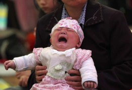 Jovem chinês vende filha de 18 dias para comprar um iPhone e uma moto