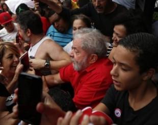 lula apoio 310x245 - OVACIONADO: Lula recebe apoio em frente ao seu prédio