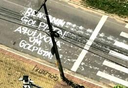 """""""Aqui Mora um Golpista!""""  Deputado Benjamim é chamado de 'golpista' em pintura na frente de sua casa"""