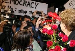 Brasileiros residentes em Nova York recebem presidente Dilma com flores