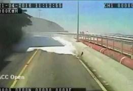 EXCLUSIVO: Nova gravação de um ônibus mostra ciclovia desabando e atingindo os dois ciclistas – VEJA VÍDEO