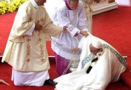 VEJA VÍDEO – Papa Francisco cai durante missa na Polônia