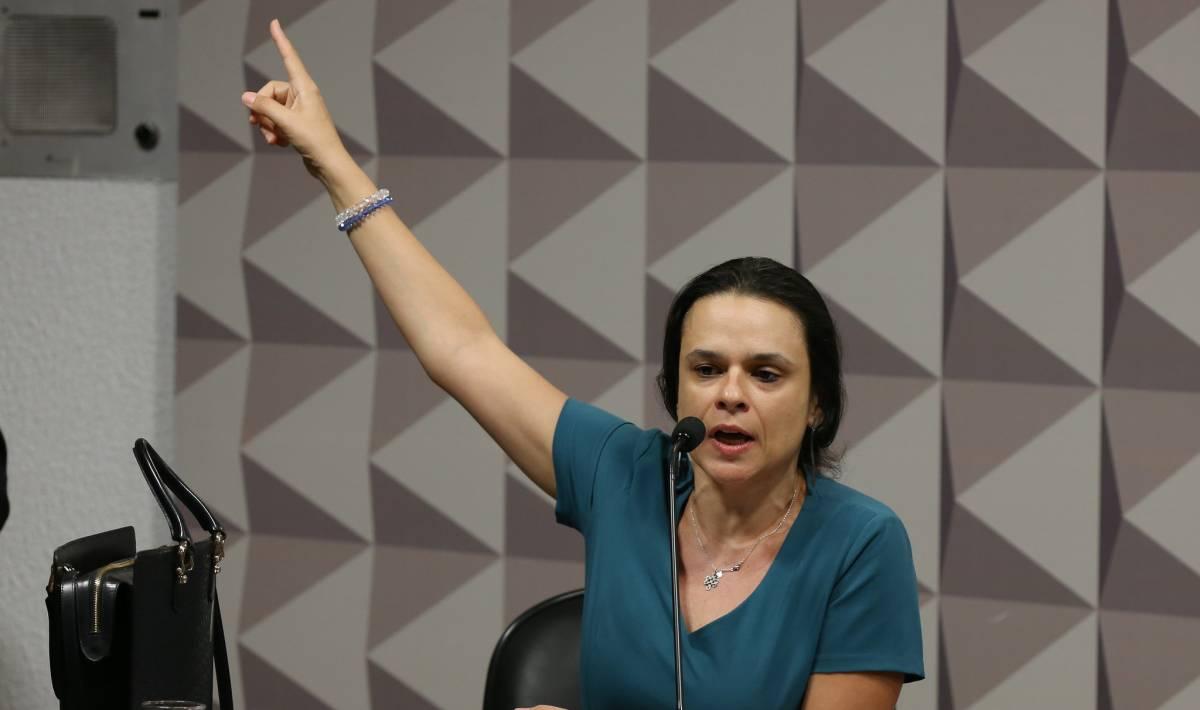 Janaina Paschoal - 'ACABOU ONTEM': Janaina Paschoal ataca Olavo de Carvalho e o acusa de criar coletivo de imbecis