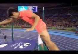 VEJA VÍDEO – Próprio pênis faz japonês ser eliminado do salto com vara na Rio 2016