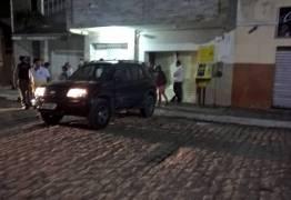 VÁRIOS TIROS: Jornalista tem carro roubado e usado para ataque à agência dos Correios, na PB – VEJA VÍDEO