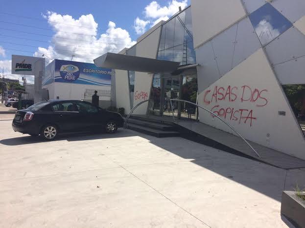 "PMDB - ""CASAS DOS GOLPISTAS"" - Sede do PMDB na Paraíba é atacada pela terceira vez; VEJA VÍDEO"