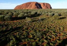 Drone capta vista deslumbrante de pedra sagrada em deserto australiano; VEJA IMAGENS