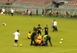 Torcedores invadem treino da seleção, agarram e derrubam Neymar no gramado – VEJA VÍDEO
