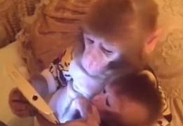 Macaco 'ensina' filhote a mexer num tablet e vídeo bomba na internet