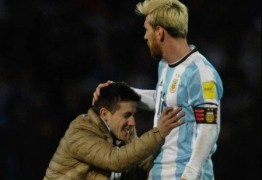 Torcedor invade campo, reverencia Messi, ganha afago e é retirado por seguranças
