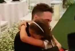 """VEJA VÍDEO – Noivo comove internautas ao pedir que enteada seja sua """"filha para sempre"""""""