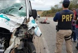 IMAGENS FORTES: Casal morre após batida de moto com van de turismo na BR-406 – VÍDEO DO ACIDENTE