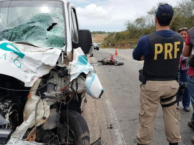 VAN ACIDENTE - IMAGENS FORTES: Casal morre após batida de moto com van de turismo na BR-406 - VÍDEO DO ACIDENTE