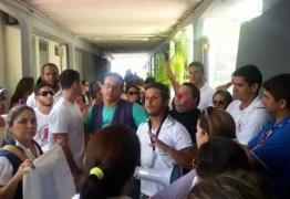 Agentes de saúde fazem novo protesto no Centro Administrativo de João Pessoa