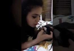 Blogueira gera polêmica com vídeo em que cospe na boca de gato