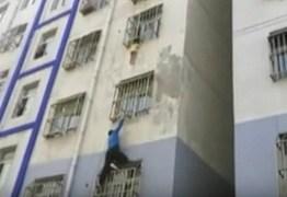 Jovem escala prédio para salvar bebê pendurado em janela  – VEJA VÍDEO