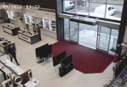 VEJA VÍDEO: Cliente desastrado destrói televisões e dá prejuízo para loja